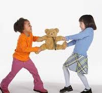 Como ajudar seus filhos a não brigarem por causa de brinquedos